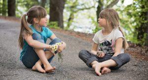Sprechen lernen: Zwei Mädchen unterhalten sich