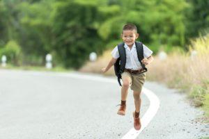 Kleiner Bub auf dem Weg in die Schule