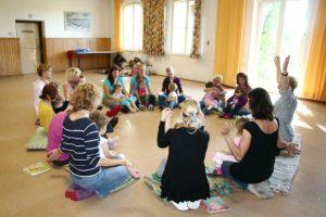 Kniereiter in der Eltern-Kind-Gruppe