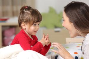 Achtsamkeit: Mutter und Tochter spielen miteinander
