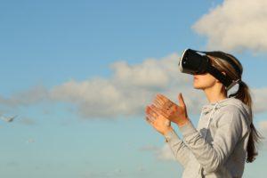 Ein Kind mit einem Virtual Reality Headset
