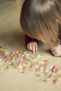 Ein junges Mädchen zählt Bonbons
