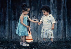 Ein kleines Mädchen und ein kleiner Bub