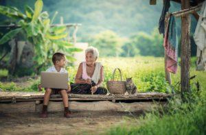 Familienzeit mit Kindern: Großmutter verbringt Zeit mit ihrem Enkel